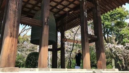 増上寺の鐘楼堂で鐘をつく僧侶