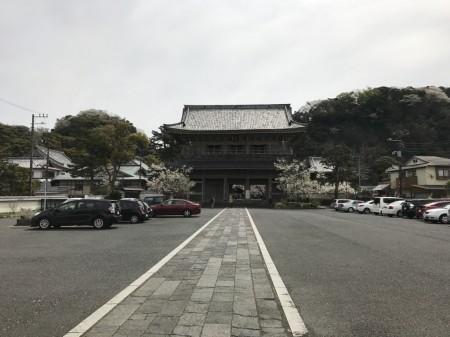 鎌倉光明寺の山門と駐車場