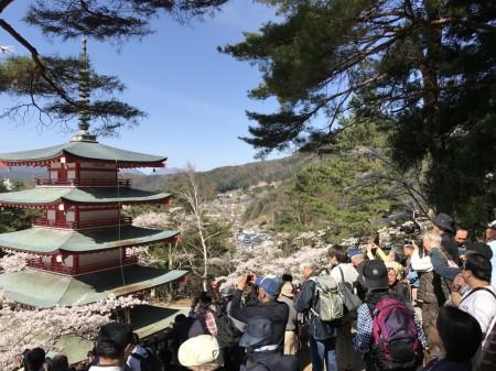 新倉山浅間公園の忠霊塔と展望デッキ
