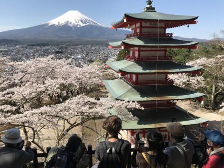 新倉山浅間公園の忠霊塔、富士山と展望デッキ