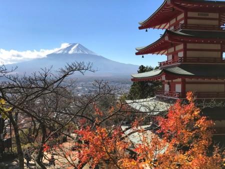 新倉山浅間公園の紅葉と富士山と忠霊塔