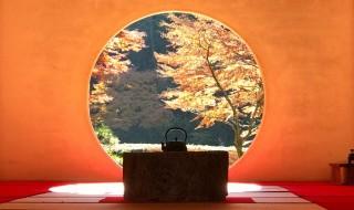 明月院の方丈内の円窓と紅葉