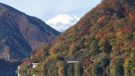 紅葉の丹沢湖から富士山