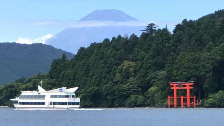 芦ノ湖と富士山とフェリー