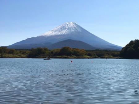 初冠雪の富士山を精進湖から