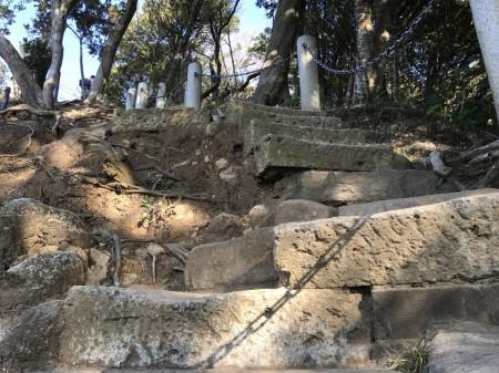天園ハイキングコースの勝上献への階段
