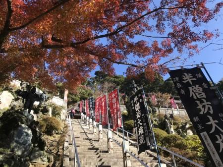 建長寺 半僧坊の階段と天狗と紅葉